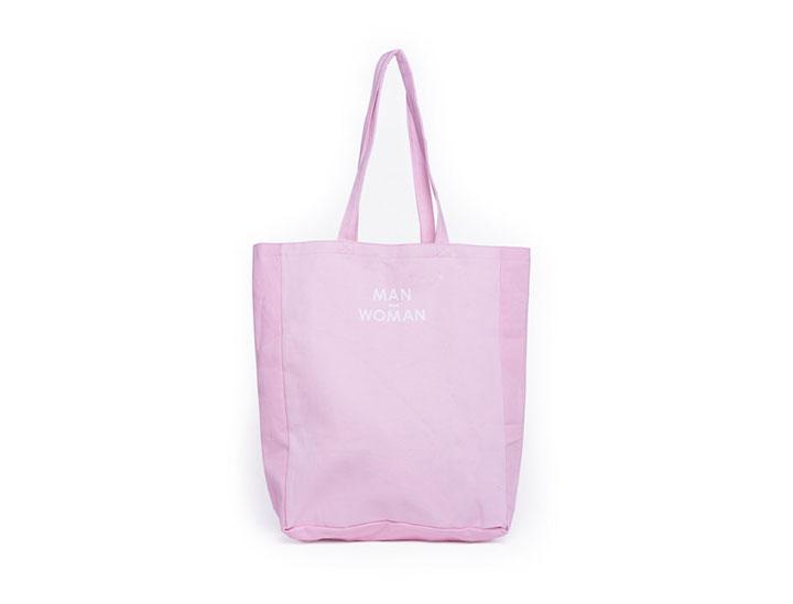 Tote bag personnalise teinté en rose pour la marque Woman Man
